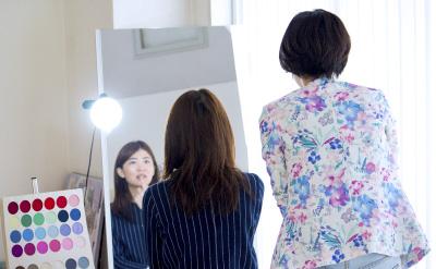 どちらの服装が、優しい印象に見えますか?与えるイメージは理 論的に説明でき、コントロールも自在にできるんです